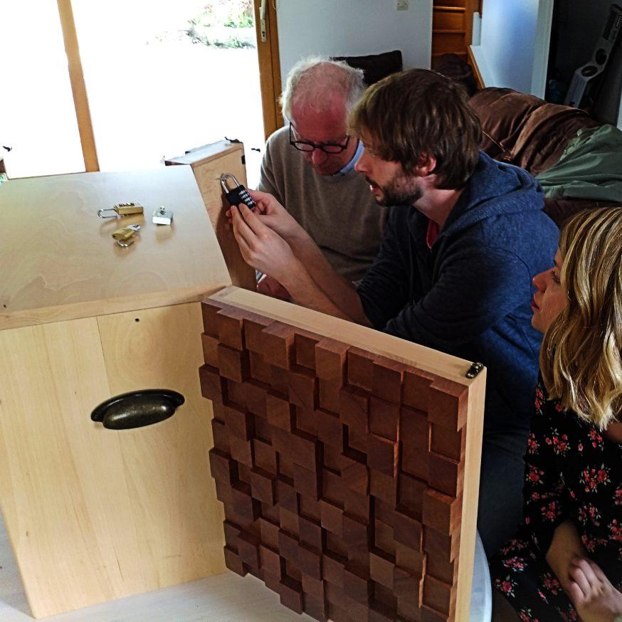 Equipe affrontant l'escape game en bois